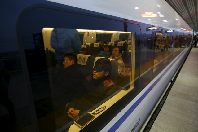 A high-speed train leaves a platform in Tianjin, China, November 18, 2015. (Photo by Jason Lee/Reuters)