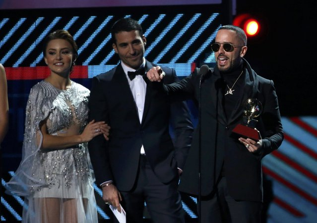 """Yandel (R) accepts the award for best urban fusion/performance for """"Encantadora"""" at the 17th Annual Latin Grammy Awards in Las Vegas, Nevada, U.S., November 17, 2016. (Photo by Mario Anzuoni/Reuters)"""