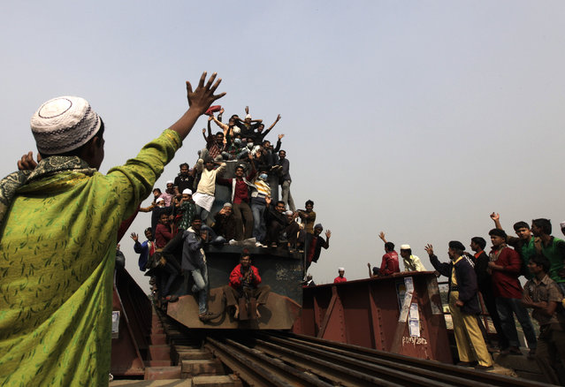 An overcrowded train carrying Muslims crosses a bridge after the final prayer ceremony of Bishwa Ijtema in Tongi, on the outskirts of Dhaka, January 13, 2013. (Photo by Andrew Biraj/Reuters)