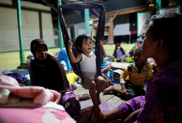 Residents prepare to spend the night in a makeshift shelter at a school following a strong earthquake in Meureudu,  Pidie Jaya, Aceh province, Indonesia December 8, 2016. (Photo by Darren Whiteside/Reuters)
