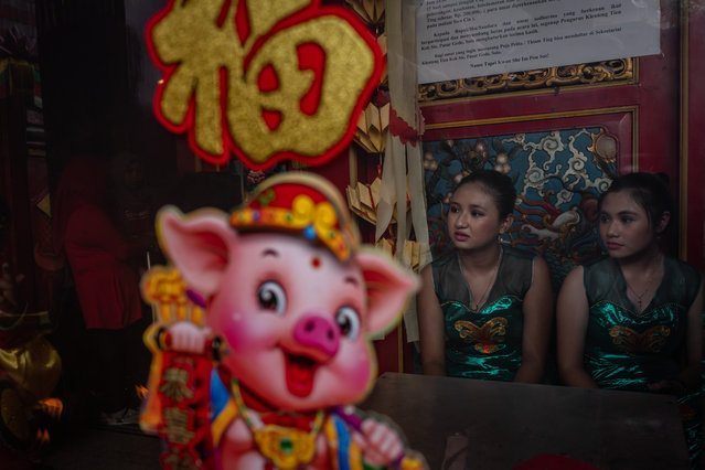 Participants prepare inside of Tien Kok Sie temple during Grebeg Sudiro festival on February 3, 2019 in Solo City, Central Java, Indonesia. Grebeg Sudiro festival is held as a prelude to the Chinese New Year, which falls on February 5th this year, welcoming the Year of the Pig. People bring offerings known as gunungan, including Chinese sweetcakes piled up into the shape of mountains, which are paraded in the streets followed by Chinese and Javanese performers. (Photo by Ulet Ifansasti/Getty Images)