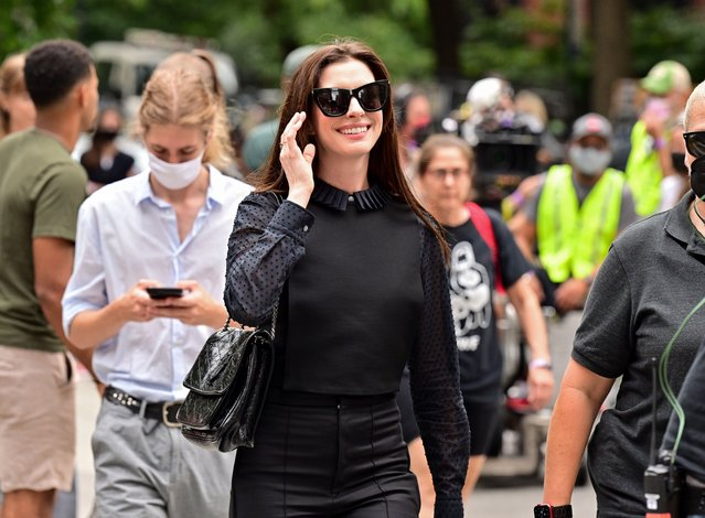 """American actress Anne Hathaway seen on the set of """"WeCrashed"""" in Gramercy Park on September 08, 2021 in New York City. (Photo by James Devaney/GC images)"""
