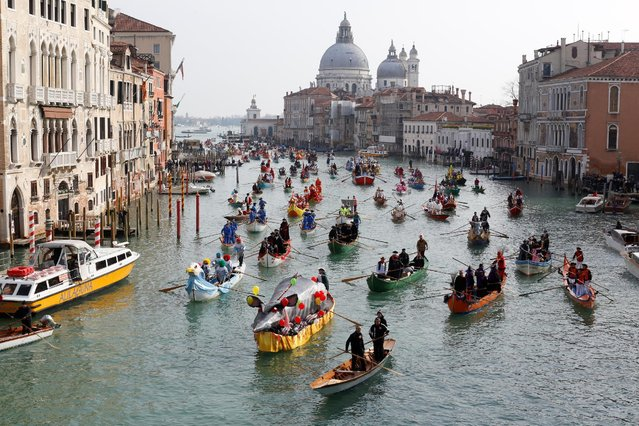 Venetians row during the masquerade parade on the Grand Canal during the carnival in Venice, Italy, February 12, 2017. (Photo by Tony Gentile/Reuters)