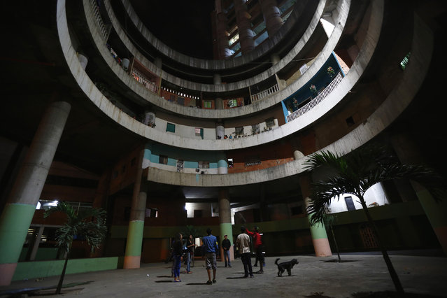 """Children play in the lobby of the """"Tower of David"""" skyscraper in Caracas January 29, 2014. (Photo by Jorge Silva/Reuters)"""