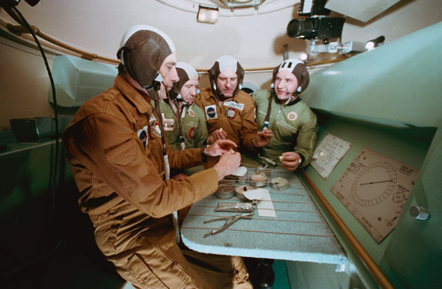 Two American ASTP prime crewmen have a meal with the Soviet ASTP first (prime) crewmen during Apollo-Soyuz Test Project joint crew training at NASA's Johnson Space Center, on February 25, 1975. (Photo by NASA)