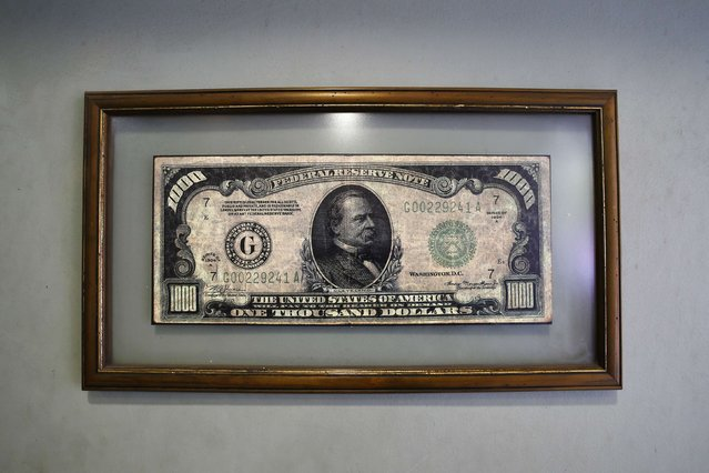 A reproduction of an US one thousand dollar bill is seen inside at a money exchange bureau in downtown Santiago, August 25, 2014. Most economists now predict overall growth in Chile's economy of between 2.0 and 2.5 percent this year, down from 4.1 percent in 2013. (Photo by Ivan Alvarado/Reuters)