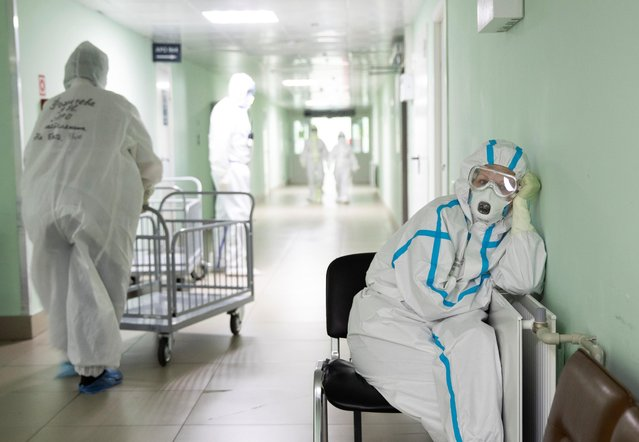 A medical specialist wearing personal protective equipment (PPE) takes a break at the City Clinical Hospital Number 15 named after O. Filatov, which delivers treatment to patients infected with the coronavirus disease (COVID-19), in Moscow, Russia on May 25, 2020. (Photo by Maxim Shemetov/Reuters)