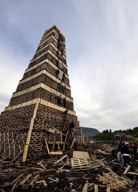 The Biggest Bonfire in the World: Slinningsbålet. Alesund, Norway. (Photo by Trond Folkestad Fredriksen)