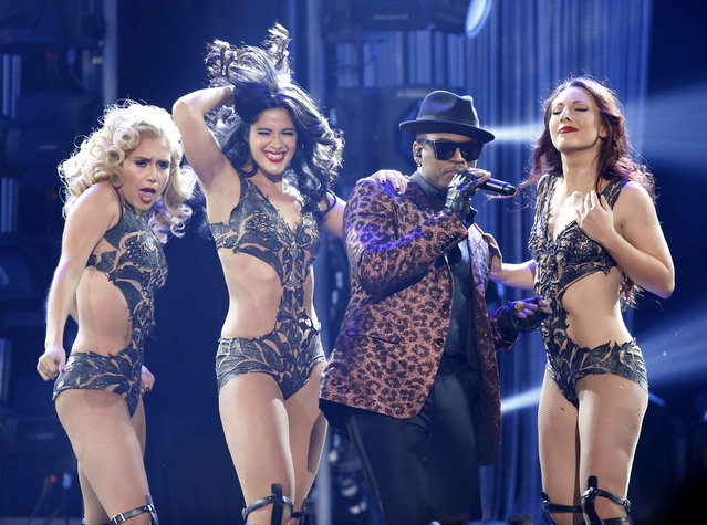 """Ne-Yo performs """"Time of Our Lives"""" with Pitbull during the 42nd American Music Awards in Los Angeles. (Photo by Mario Anzuoni/Reuters)"""
