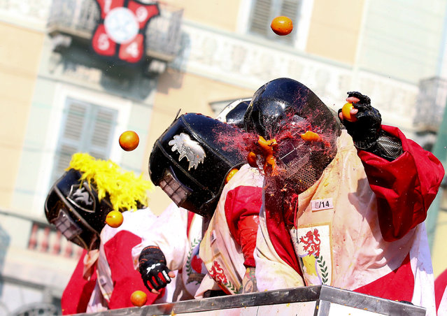 Members of rival teams fight with oranges during an annual carnival battle in the northern Italian town of Ivrea, Italy on February 11, 2018. (Photo by Alessandro Bianchi/Reuters)