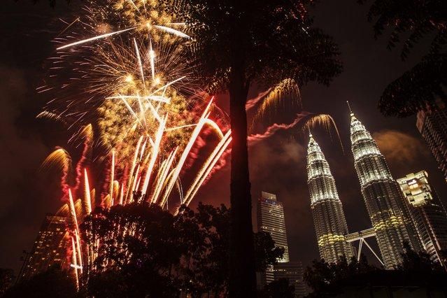 Fireworks illuminate the night sky over Malaysia's landmark, Petronas Towers during New Year's Eve celebrations in Kuala Lumpur, Malaysia, 01 January 2017. (Photo by Ahmad Yusni/EPA)