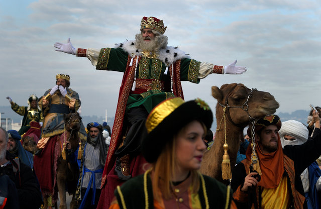 A man dressed as one of the Three Kings greets people during the Epiphany parade in Gijon, Spain January 5, 2017. (Photo by Eloy Alonso/Reuters)