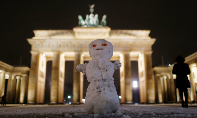 A snowman stands after a snowfall in front of Brandenburg gate in Berlin, Germany, January 30, 2017. (Photo by Hannibal Hanschke/Reuters)