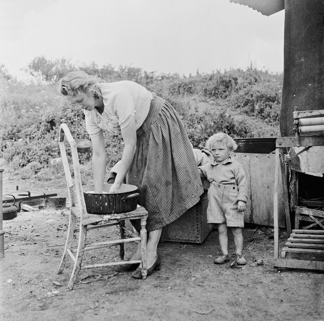 A Romany woman and child at an encampment at Corke's Meadow in Kent, July 1951. (Photo by Bert Hardy/Picture Post/Hulton Archive/Getty Images)