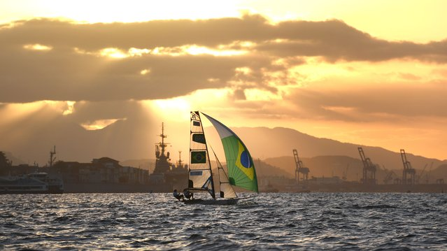 Brazil's Kahena Kunze and Brazil's Martine Grael compete in the 49er FX Women sailing class on Guanabara Bay in Rio de Janerio during the Rio 2016 Olympic Games on August 12, 2016. (Photo by William West/AFP Photo)