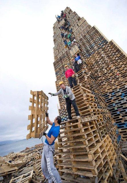 The Biggest Bonfire in the World: Slinningsbålet. Alesund, Norway. (Photo by Staale Watto/Sunnmørsposten)