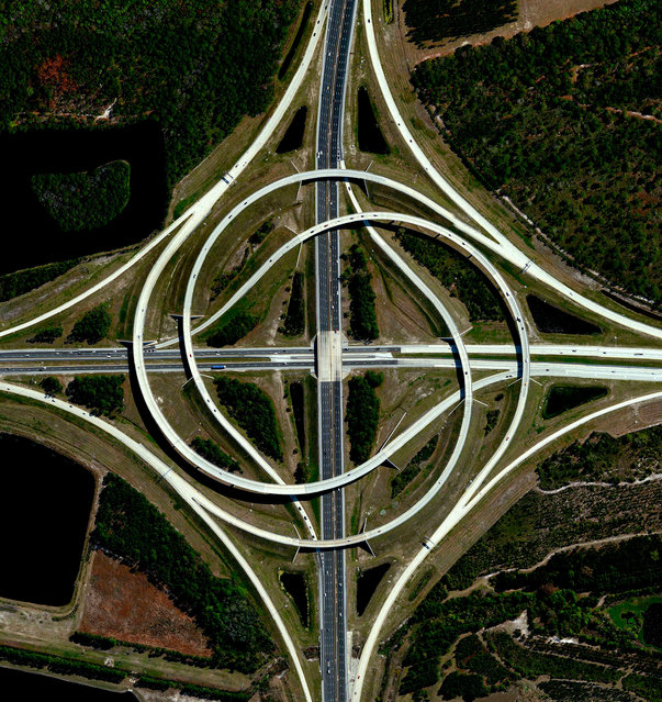 A turbine interchange connects two highways in Jacksonville, Florida, USA. This structure consists of left-turning ramps sweeping around a centre interchange, thereby creating a spiral pattern of right-hand traffic. (Photo by Benjamin Grant/Penguin Random House)