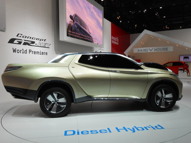 """Mitsubishi GR-HEV Concept. The forward-thinking styling is backed up by an equally new-think hybrid system. A diesel 2.5-liter four-cylinder engine is paired with a """"high-performance"""" electric motor and battery, and gets an advanced four-wheel-drive system. The driver can select from two rear-wheel-drive settings (regular and high efficiency) and two four-wheel-drive setups with the same choices. (Photo by Luis Fernando Ramos/G1)"""