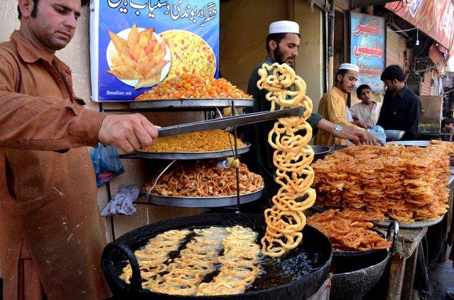 A street vendor prepares Jalabis during the month of Ramadan in Quetta, Pakistan. (Photo by Banaras Khan/AFP Photo)