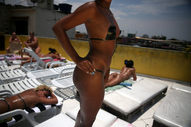 A woman poses for a photo showing her perfect bikini mark after sunbathing on a terrace at the Erika Bronze spa in Rio de Janeiro, Brazil, November 22, 2016. (Photo by Pilar Olivares/Reuters)