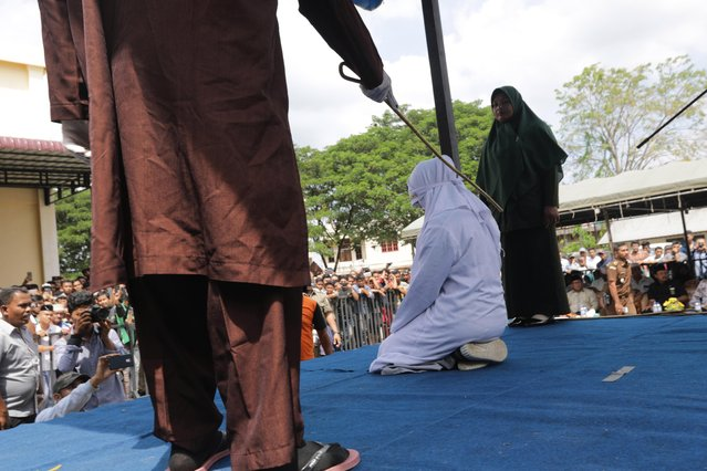 An Acehnese woman (C) is caned as punishment for having a sexual relationship outside of marriage in Banda Aceh, Aceh, Indonesia, 31 January 2019. (Photo by Hotli Simanjuntak/EPA/EFE)