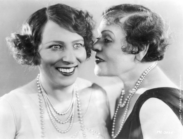 1932: American film actress Polly Moran whispering to a friend