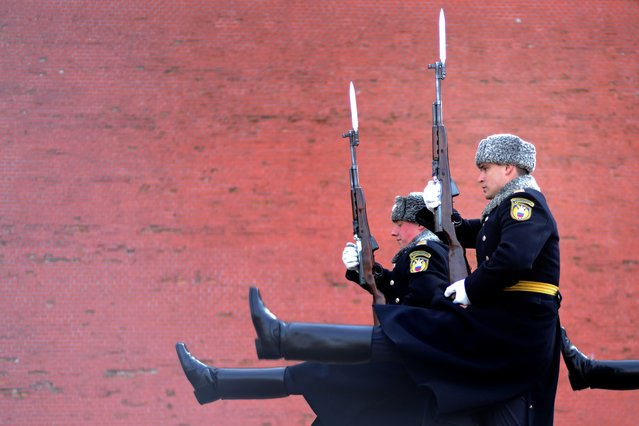 Soldiers of the Presidential Regiment march during the Change of Guard ceremony at the Tomb of the Unknown Soldier in Moscow, on April 9, 2014. (Photo by Kirill Kudryavtsev/AFP Photo)