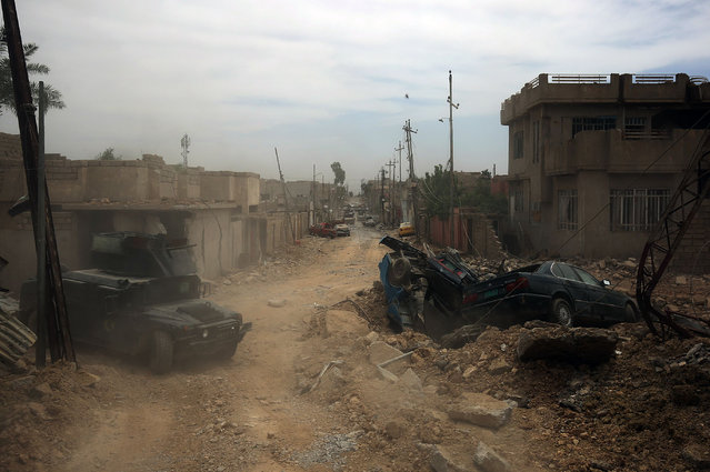 Terrorism Services (CTS) advance towards Mosul' s western Rifai neighbourhood during their ongoing offensive against Islamic State (IS) group fighters on May 16, 2017. (Photo by  Ahmad Al-Rubaye/AFP Photo)
