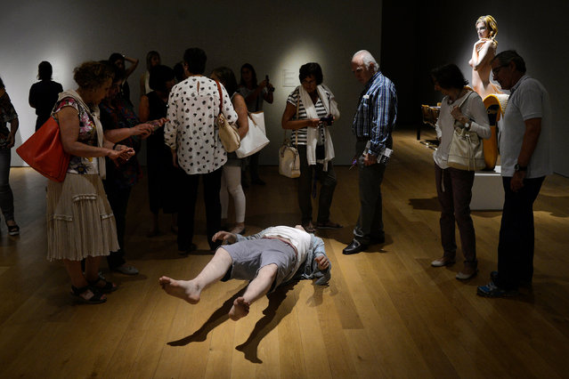 """Visitors stand in front of the sculpture """"Josh"""" by U.S. artist Tony Matelli, at the Hyperrealist Sculpture 1973-2016 exhibition in the Museum of Bellas Artes in Bilbao, northern Spain, July 27, 2016. (Photo by Vincent West/Reuters)"""