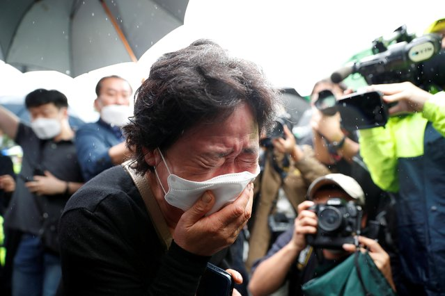 A woman mourns as the hearse carrying late Seoul Mayor Park Won-soon leaves Seoul City Hall Plaza after his funeral, in Seoul, South Korea on July 13, 2020. (Photo by Kim Hong-Ji/Reuters)
