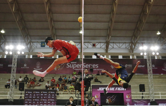 Sepak Takraw, ISTAF Super Series Finals Thailand 2014/2015, Nakhon Pathom Municipal Gymnasium, Huyjorake Maung, Nakonprathom, Thailand on October 21, 2015: Thailand's Anuwat Chaichana (L) in action with Myanmar's Thant Zin Oo during the group stage match. (Photo by Asia Sports Ventures/Action Images via Reuters)