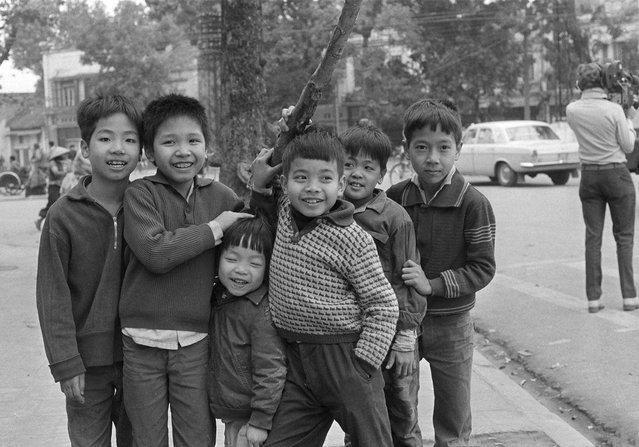"Hanoi children shown January 17, 1980,  greeting passing foreigners with the Russian words for goodbye, ""Do svidaniyal"". (Photo by Sadayuki Mikami/AP Photo)"