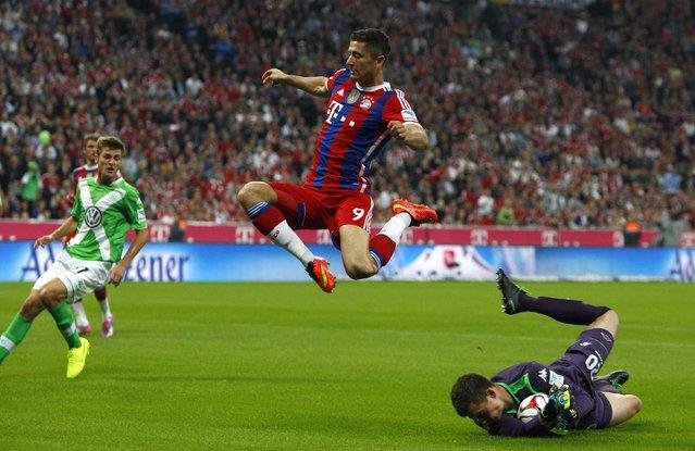 Bayern Munich's Robert Lewandowski jumps over VfL Wolfsburg's goalkeeper Max Gruen during their German Bundesliga first division soccer match in Munich in this August 22, 2014 file photo. (Photo by Michaela Rehle/Reuters)
