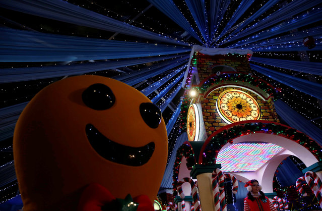 A performer dressed as a gingerbread man dances with people at a Christmas attraction in Universal Studios Singapore December 12, 2016. (Photo by Edgar Su/Reuters)