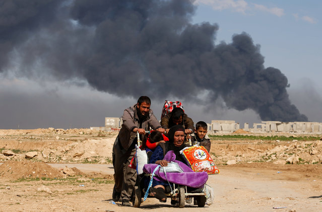 Displaced Iraqis flee their homes as Iraqi forces battle with Islamic State militants, in western Mosul, Iraq March 7, 2017. (Photo by Suhaib Salem/Reuters)