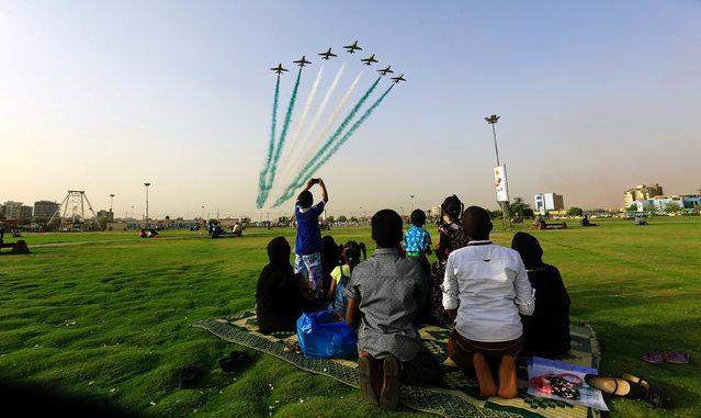 People look at Saudi Air Force perform from the Green Square near Khartoum Airport, Khartoum, Sudan, April 12, 2017. (Photo by Mohamed Nureldin Abdallah/Reuters)