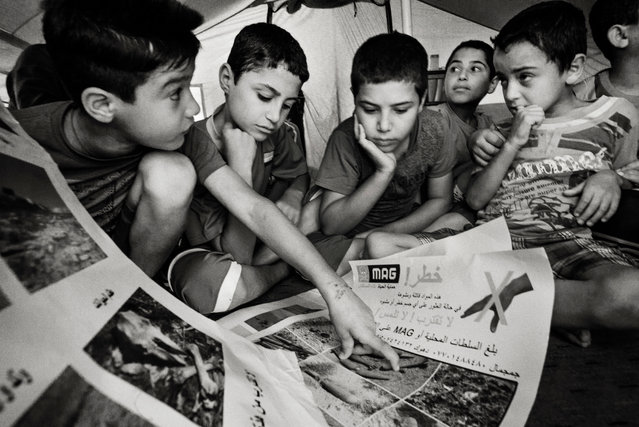 A Mag risk education session for children is held at Derabund refugee camp in Erbil in 2014. (Photo by Sean Sutton for the Mines Advisory Group/The Guardian)