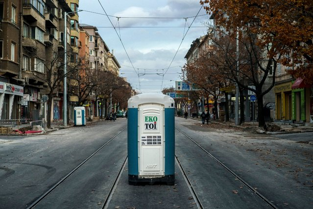 A picture taken on November 12, 2017 shows a portable toilet placed on a street lane during urban works, in downtown Sofia, Bulgaria. (Photo by Dimitar Dilkoff/AFP Photo)