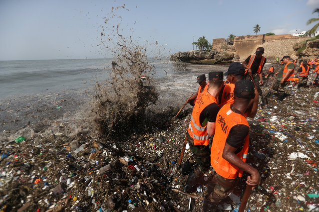 Soldiers remove plastic and other debris during a cleanup on the shores of Montesinos beach, in Santo Domingo, Dominican Republic July 19, 2018. (Photo by Ricardo Rojas/Reuters)