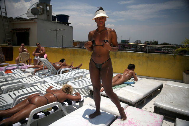 A woman poses for a photo showing her perfect bikini mark after sunbathing in a terrace at the Erika Bronze spa in Rio de Janeiro, Brazil, November 22, 2016. (Photo by Pilar Olivares/Reuters)
