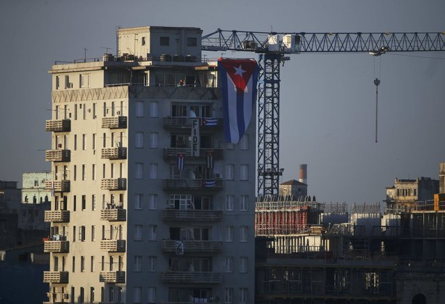 A banner and flag hang from a building in tribute to Cuba's late President Fidel Castro in Havana, Cuba, November 30, 2016. (Photo by Carlos Garcia Rawlins/Reuters)