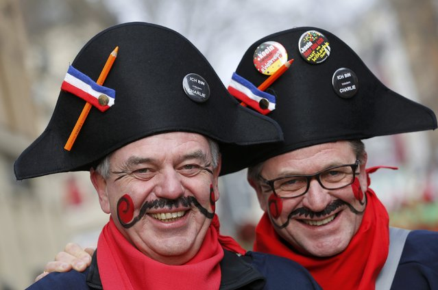 "Carnival revellers dressed as turn of the 18th century French soldiers and wearing ""I am Charlie"" badges, take part during the traditional Rose Monday carnival parade in Cologne February 16, 2015. Words read ""Freendom of the fools"". (Photo by Wolfgang Rattay/Reuters)"