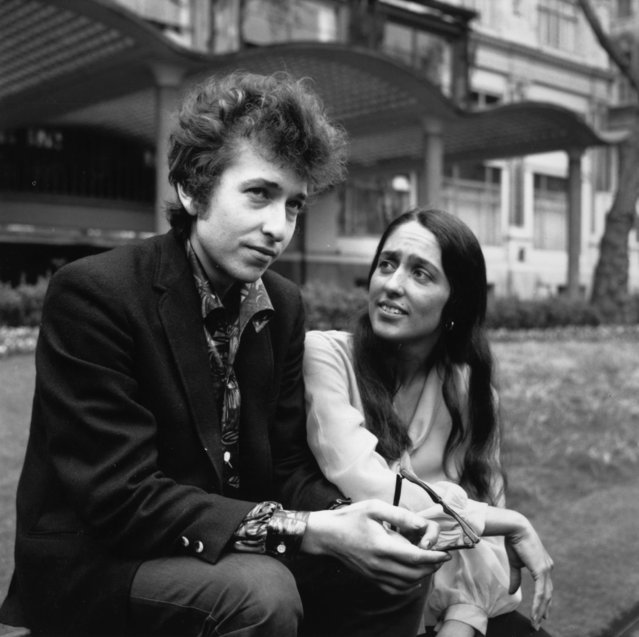American electric folk hero Bob Dylan (born Robert Zimmerman) and singer, songwriter Joan Baez in Embankment Gardens, London, 1965. (Photo by Keystone/Getty Images)