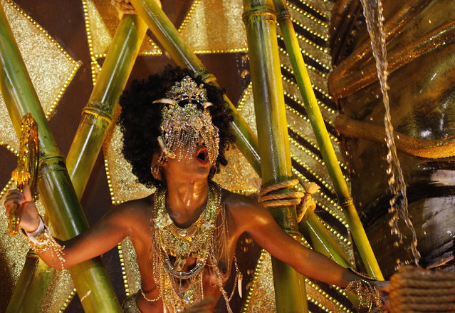 A reveller of the Mangueira samba school performs during the carnival parade at the Sambadrome in Rio de Janeiro, February 9, 2016. (Photo by Claudia Daut/Reuters)