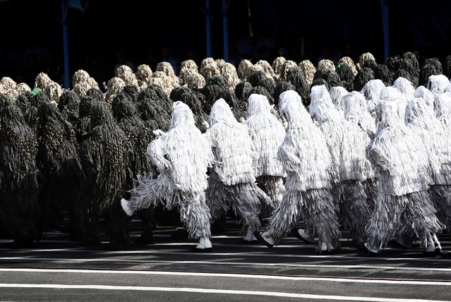 Iranian soldiers in full camouflage march during the Army Day parade in Tehran on April 18, 2015. Amid rising tension between Iran and Saudi Arabia, Iranian President Hassan Rouhani said that Iran's military is purely for defence and should not be seen as an aggressive threat in the Middle East. (Photo by Behrouz Mehri/AFP Photo)