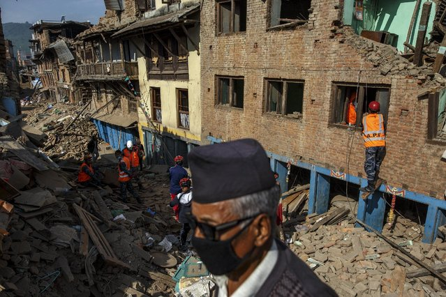 Nepal military personnel and earthquake survivors search for belongings from the rubble of collapsed houses in Sankhu, on the outskirts of Kathmandu, Nepal, May 5, 2015. (Photo by Athit Perawongmetha/Reuters)