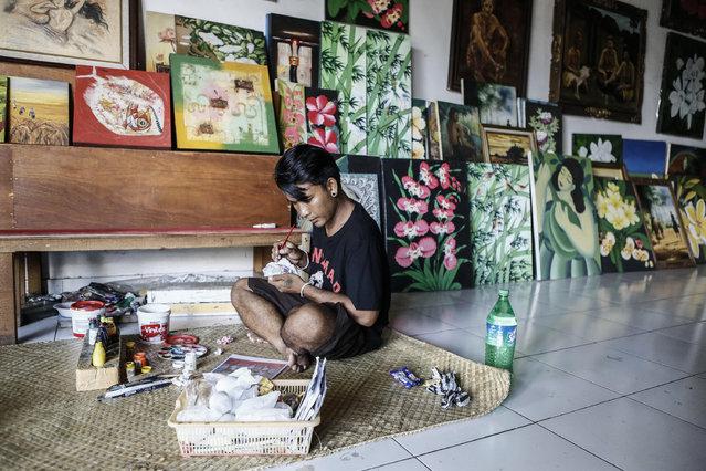 28-year-old Kadek Suartama paints on an eggshell at Wayan Sadra's workshop on April 14, 2014 in Sukawati, Gianyar, Bali, Indonesia. (Photo by Putu Sayoga/Getty Images)