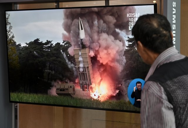 A man watches a television news screen showing file footage of a North Korean missile launch, at a railway station in Seoul on September 10, 2019. North Korea on September 10 fired projectiles toward the sea, South Korea's military said, hours after Pyongyang said it is willing to hold working-level talks with the United States in late September. (Photo by Jung Yeon-je/AFP Photo)
