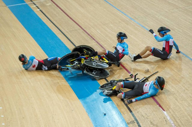 Riders of Canada crash during qualifying of the men's team pursuit event at the Hong Kong Velodrome during the Track Cycling World Championships in Hong Kong on April 12, 2017. (Photo by Jayne Russell/AFP Photo)