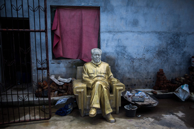"""This picture taken on April 21, 2016 in Shaoshan shows a Mao statue in a backyard of a factory specialized in Mao memorabilia. Shaoshan in central China's province Hunan is the hometown of former communist leader Mao Zedong. The small village is a hotspot for """"red tourism"""". Millions of Mao devotees from all over the country come to Shaoshan every year. (Photo by Johannes Eisele/AFP Photo)"""